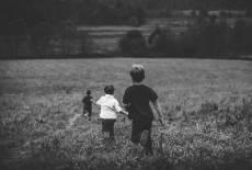 Verletzungsgefahr beim Spielen draußen – Wundheilung bei Kindern unterstützen