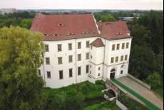 Herrschaftliches Schloss mit tierischem Park